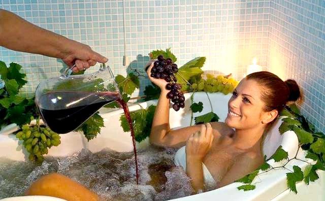 Винотерапия: СПА процедура в домашніх умовах, щоб відчути себе давньогрецькою богинею - це прийняти ванну з однією пляшкою червоного вина. Така