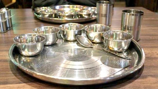 Смак Індії: Кращі страви батьківщини спецій: тхали - піднос, на якому подаються страви в металевих піалах, званих катори. Однак у більшості випадків індуси вважають за краще звичайному посуді