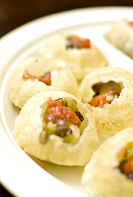 Смак Індії: Кращі страви батьківщини спецій: Пані Пурі - закуска у вигляді хрустких кульок пури з різноманітною гострою начинкою.