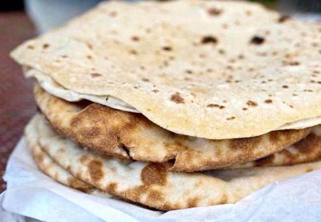 Смак Індії: Кращі страви батьківщини спецій: Чапаті - традиційні коржі з борошна грубого помелу, які готують на сухій сковороді, а потім печуть на відкритому вогні.