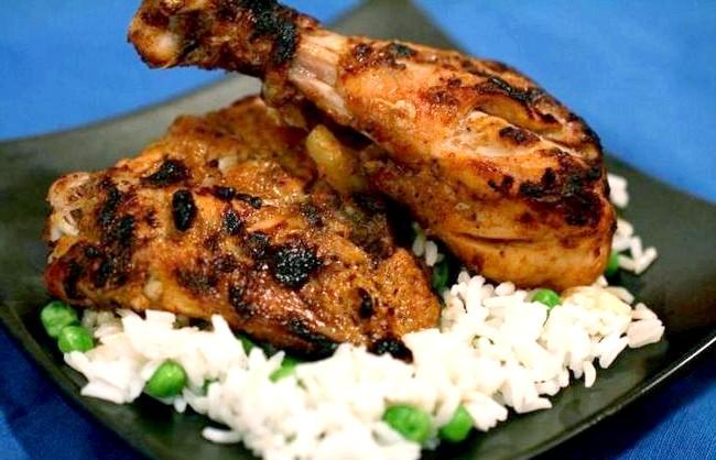 Смак Індії: Кращі страви батьківщини спецій: Курча тандури. Блюдо родом зі штату Пенджаб. У процесі приготування м'ясо маринують в йогурті та спеціях, а потім смажать в