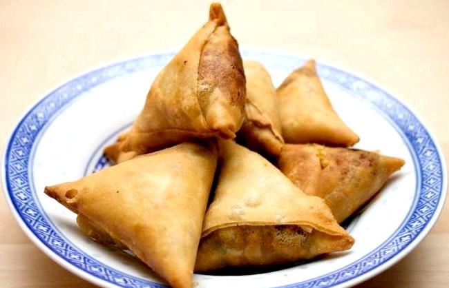 Смак Індії: Кращі страви батьківщини спецій: Самоса - пиріжки з різноманітною начинкою. Подається з гострим соусом.