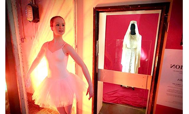 Виставка костюмів Великого театру в Белфасті: Цього року Великий привіз в Белфаст не тільки театральні облачення, але також повсякденний і святковий одяг простих селян. Поточна