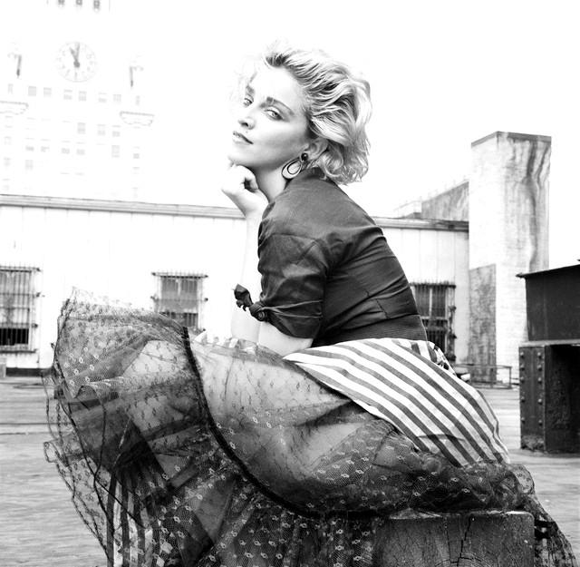 Виставка Madonna NYC83: Мадонна тридцять років тому: На старих кадрах юна Мадонна Луїза Вероніка Чікконе відображена в Алфавіт-сіті на Манхеттане, де вона тоді жила. На ній то
