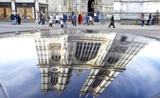 Загадковий світ віддзеркалень: Відображення Вестмінстерського абатства на даху автомобіля в Лондоні