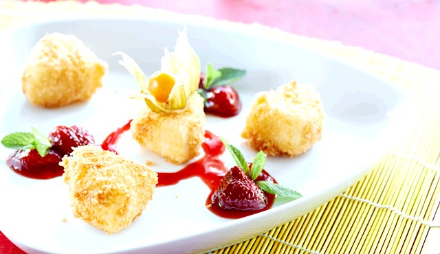 Запечені човники цукіні з апетитною начинкою: Інгредіенти2 цукіні 1 помідор 1/4 солодкого перцю 1/4 цибулини 4-5 маслин або