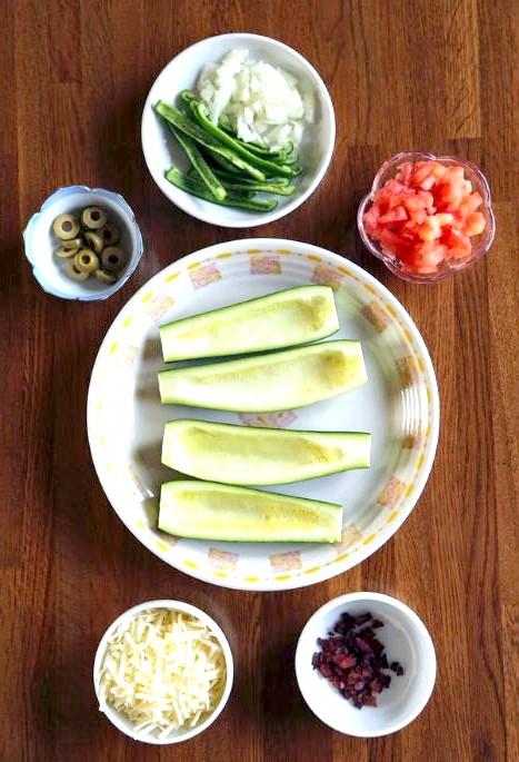 Запечені човники цукіні з апетитною начинкою: Пріготовленіе1. Розігріваємо духовку до 180 градусів. 2. Ріжемо помідор, солодкий перець, цибуля, оливки.