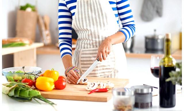 Жінкам шкідливо займатися приготуванням їжі: