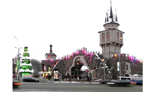 Зимові сюрпризи від московського зоопарку: Зимовий сезон стартує на новій території зоопарку з появи великої новорічної ялинки і відкриття різдвяних ярмарків.