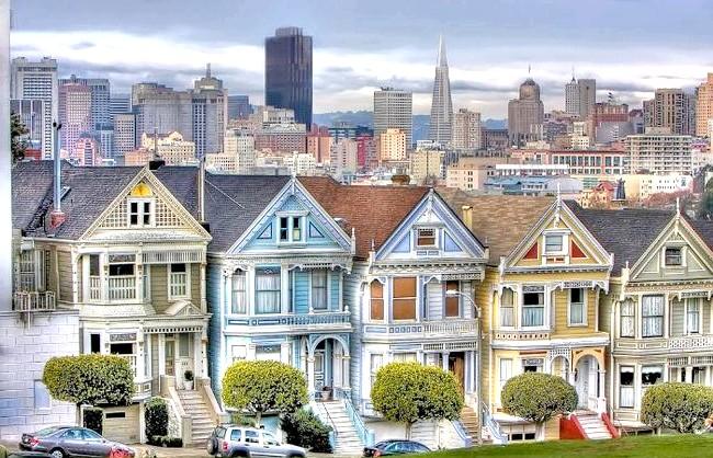 Знаменита вулиця Steiner: Місце називається Аламо сквер, будинки у вікторіанському стилі називаються Painted Ladies (Розфарбовані (розцяцьковані) леді), їх всього 7 штук і називаються