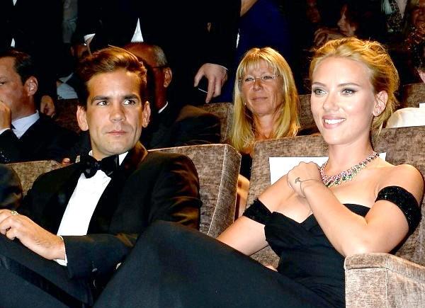 Знаменитості та їх незіркові любі Скарлетт Йоханссон. Скарлетт Йоханссон заручена з французьким журналістом Роменом Дорьяком. Нескладно здогадатися, що після розлучення з Райаном Рейнольдсом