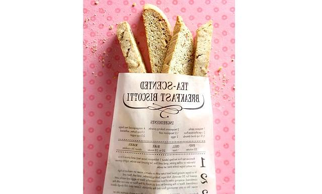 Біскотті до дня Валентина: Цікава ідея подарунка: роздрукувати рецепт на пакеті, приготувати італійські Біскотті, упакувати їх в пакет і подарувати другу.