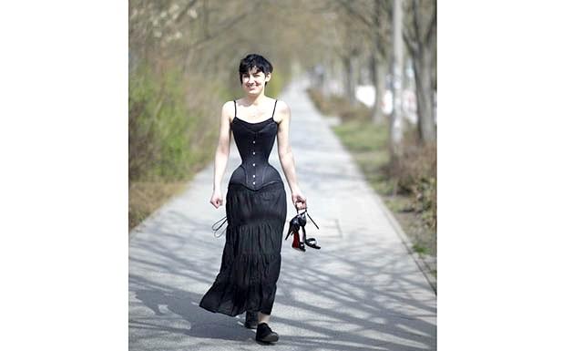 Дівчина з осикою талією: Дівчина розповідає, що від постійного носіння корсета на її шкірі утворюються синці та садна. Але після обробки ранозагоювальні засобами вони