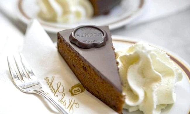 Головні страви та продукти різних країн: Торт Захер, Відень, АвстріяВсемірно відомий торт Захер надзвичайно щільний шоколадний пиріг з тонким шаром джему абрикоса