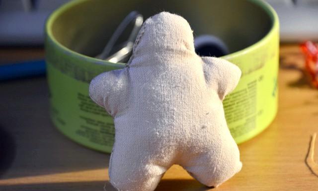 Ідеї   ялинкових іграшок своїми руками: Далі, якщо чоловічок невеликий, то вручну зшиваємо деталі, залишаючи місце на маківці. Якщо великий, то зшиваємо за допомогою машинки. Вивертаємо