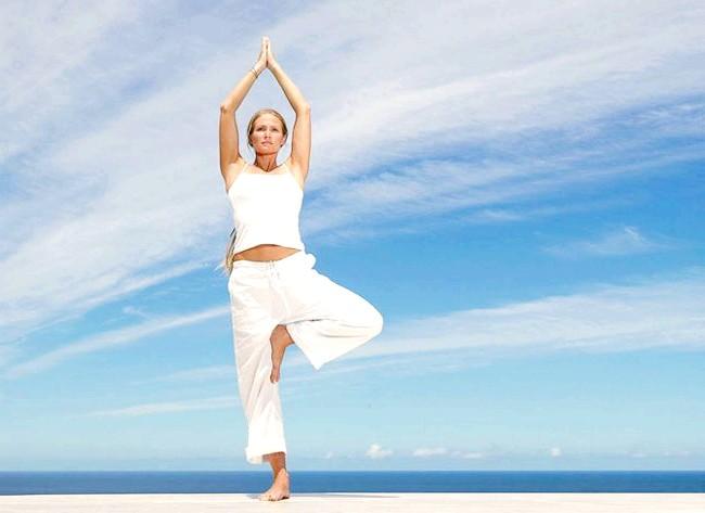 Йога для початківців: Вправа № 2Поза дерева (врікшасана) - розвиває вестибулярний апарат і зміцнює нервову систему, благотворно впливає на