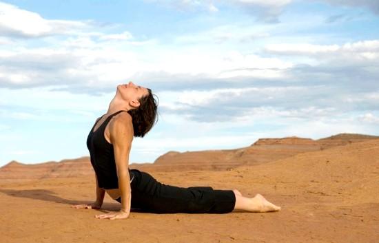 Йога для початківців: Вправа № 4Поза змії (Бхуджангасана) - поза, призначена для омолодження та оздоровлення мозку спини.