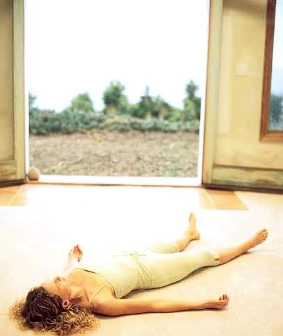 Йога для початківців: Вправа № 6Поза трупа (савасана) - ця поза чудово допомагає зняти втому, допомагає впоратися з швидкою