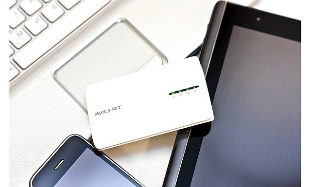 Як встановити Wi-Fi будинку: Мобільні роутери легко поміщаються в кишеню і навіть найменшу дамську сумочку, майже нічого не важать, можуть заряджатися або харчуватися