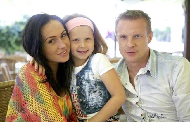 Малафєєв з дружиною не можуть вибрати ім'я для дитини: Катерина зізнається, що їй було нелегко знайти спільну мову з Максимом і Ксюшею, але в підсумку вони її прийняли. Зараз
