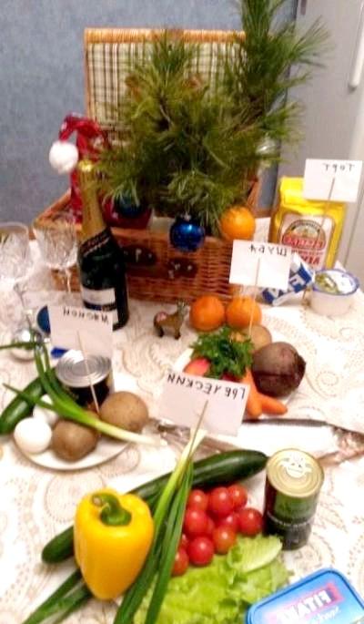 Новорічні маразми: Чоловік не став заморочуватися з ялинкою, у відповідь дружина накрила на стіл.