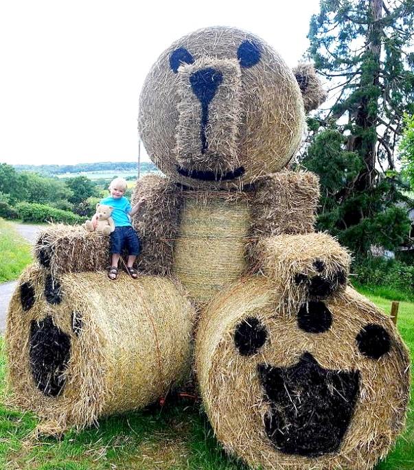 Найбільший у світі ведмедик !: Фермер, у якого є чотири онука, залишився задоволений своїм винаходом, хоча на солом'яну іграшку пішло дуже багато часу і сил.