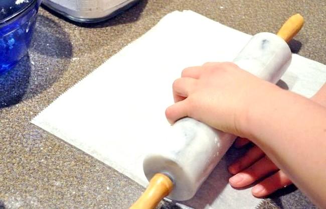 Їстівний подарунок до Нового Року: цукерки в пряникової коробці: Приготування: 1. Кладемо в каструлю з товстим дном коричневий цукор, мед, масло. Ставимо каструлю на повільний вогонь