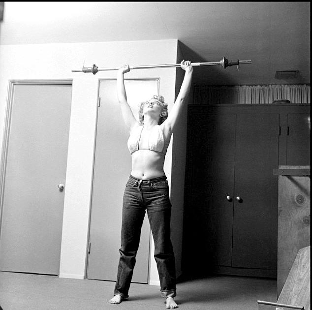 Секрет стрункої фігури Мерилін Монро: На чорно-білих фотографіях ми бачимо Монро в джинсах і купальнику у себе вдома. Тоді знамениті дами Голлівуду рідко відвідували спортзали,