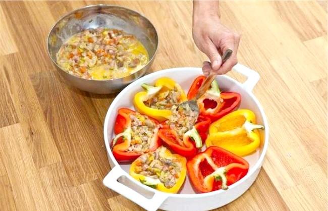 Солодкий перець з моцарелою і печерицями: 4. Яйця збити з вершками, посолити, додати мускатний горіх і з'єднати з смаженими інгредієнтами. Стручки солодкого перцю розрізати уздовж навпіл