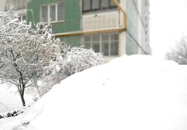 Смайлики в природі: Небо похмуре, особи кислі, під ногами припорошений сніжком ожеледь.