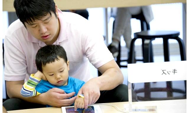 Смартфони завдають шкоди дітям: Смартфони вже міцно увійшли в наше життя, без них практично неможливо уявити щоденний процес комунікації. Однак, якщо для людей в