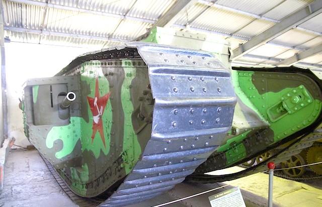 Танковий музей в Кубинці. Їхні .: Танк англійська, один з перших. А ось зірка наша.Обратіте увагу! Плуг і молот!