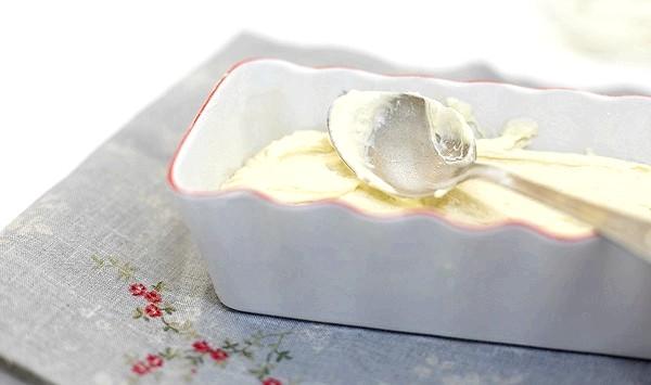 Сирний кекс по ГОСТу: Викладіть тісто в змащену маслом і присипану борошном форму.