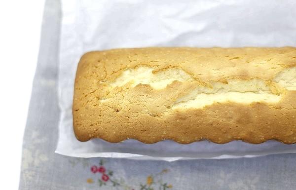 Сирний кекс по ГОСТу: Печіть при 170С 50-60 хвилин. Перевірте сірником - вона повинна виходити сухою з середини кексу.