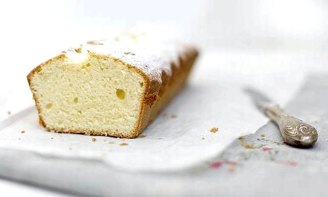 Сирний кекс по ГОСТу: Остудіть і посипте цукровою пудрою.