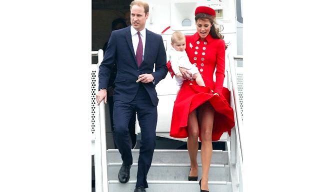 У спідниці герцогині Кетрін з'явився охоронець: Герцогиня Кейт Кембриджська регулярно опиняється в епіцентрі скандалу з вітром. Так, чарівна дружина принца Вільяма у виборі своїх нарядів віддає