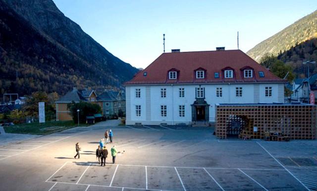 У жителів норвезького містечка з'явилося власне «сонце»: На реалізацію проекту було виділено гроші місцевою владою Рьюкан. Загалом проект обійшовся в 5 мільйонів норвезьких крон. Але зате