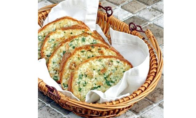 Запечений хліб з часником: Вам потрібно: 1/2 чашки вершкового масла, розм'якшеного до кімнатної температури 3 головки часнику 2 столові