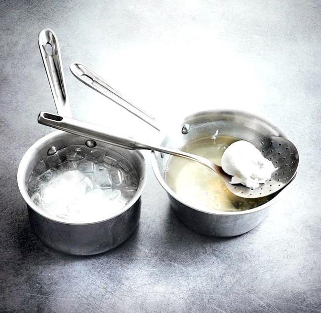 7 незвичайних рецептів приготування звичайних яєць: 1. Яйця-пашот Склад: -уксус -яйца -томатЧтоби приготувати яйця-пашот, додайте в гарячу воду