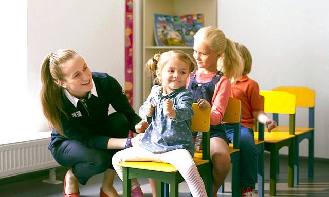 Англійська з задоволенням: 5 корисних порад: Підтримуйте дружню обстановкуСобрав тисячі відгуків від батьків та студентів, педагоги EF виявили, що діти сприймають викладачів