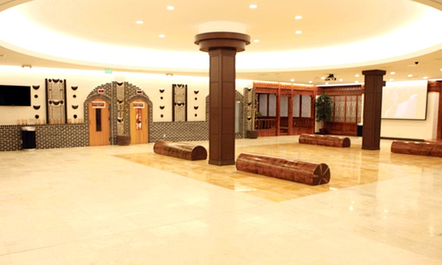 Лазні в Кореї: У цьому відділенні зазвичай є невеликий косметичний кабінет, де можна зробити масаж, наростити вії або зробити педикюр, а також перукарня.