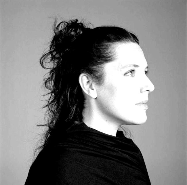 Паперових справ майстриня Zoe Bradley: Зої черпає натхнення, спостерігаючи за природою навколо свого сільського будинку, насолоджується театральним мистецтвом, свої ідеї вона черпає світі моди і