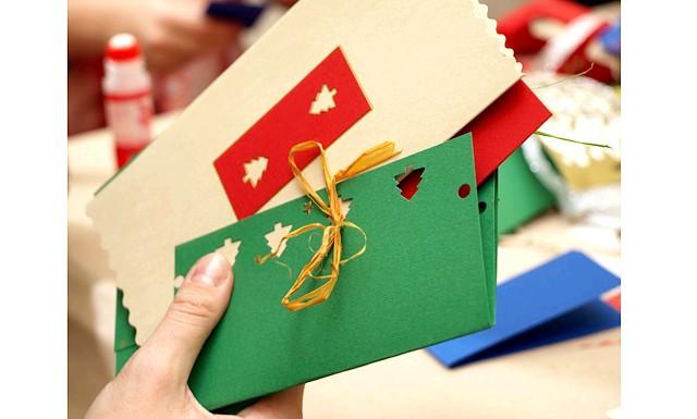 Що подарувати вчителю на Новий 2015: До подарунку можна прикласти барвисту новорічну листівку з теплими побажаннями, висловити в ній вдячність цій людині за його працю. Головне