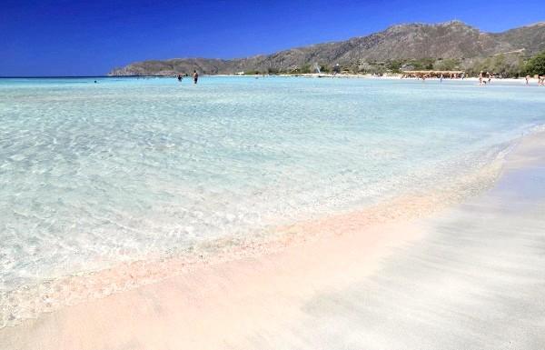 Чудеса природи: рожеві озера і пляжі: Пляж острова Елафонісі, узбережжя якого усіяне дрібними уламками черепашок, коралів і морських раковин, за рахунок чого пісок пляжу має красивий