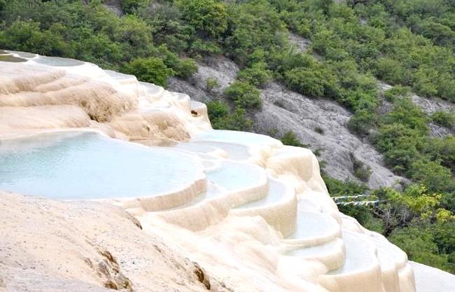 Чудо китайської природи: Тераси білої води: Білі тераси розкинулися на 140 м в довжину і на 160 м в ширину і є одними з найбільших