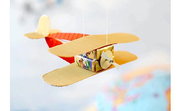 Робимо самі: подарунки до 23 лютого: Уявіть захват свого хлопчика, якщо літаки і повітряна куля несподівано з'являться на стіні його кімнати! Такий декор особливо порадує юних