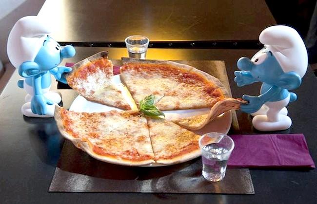 День Смурфіки: блакитні гноми на вулицях Риму: Свято тут же символічно охрестили «блакитним вторгненням». Всі лаври дісталися бельгійському художнику Пейо, який створив цих кумедних мультяшних персонажів. Смурфіки