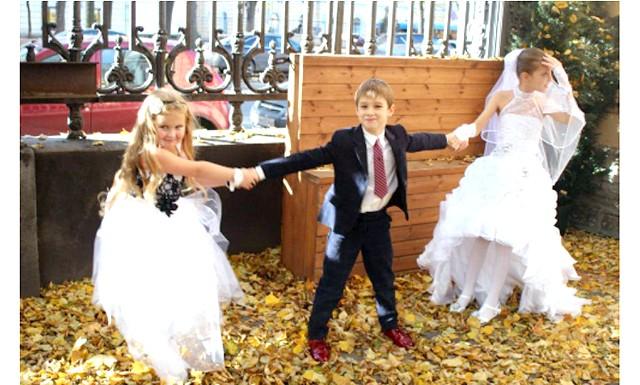 Дитячий весільний бум: Тим не менш, бал-фестиваль став подією хвилюючим, як для мам, так і для дітей. Хлопчики торопіли під спалахами фотокамер, дівчинки