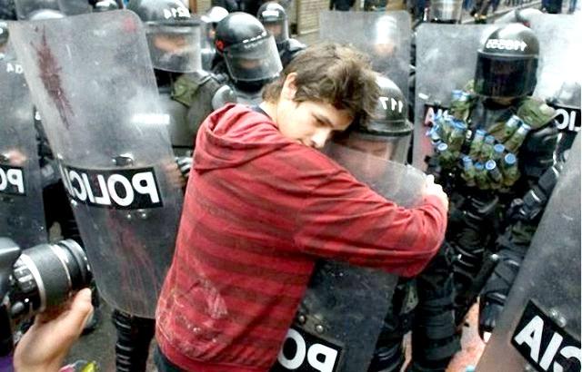 Фотографії, на які неможливо дивитися байдуже: Любити своїх ворогів.