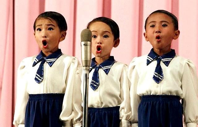 Фотографії, на які неможливо дивитися байдуже: Коли старанність лякає. Фото дитячого хору з Північної Кореї. Старанність і дисципліна - це звичайно, добре. Але в даному випадку